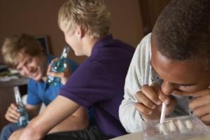 gli investigatori privati possono infiltrarsi nelle compagnie dei figli per evidenziare abusi di alcol o di droga e cattive frequetazioni