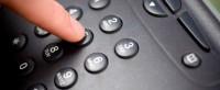 In questa immagine si vede un amano che sta' componendo un numero di telefono. Ancora oggi il telefono e' il mezzo piu' utilizzato per dare o ricevere informazioni ed e' il piu' spiato, Risolvete il problema delle intercettazioni telefoniche illegali con un abonifica telefonica